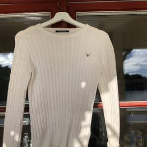 Vit stickad tröja från gant i storlek S-XS. Tröjan är i fint skick! Vid snabb affär kan priset sänkas! Kan skickas om köper står för frakten 💕 Nypris 899kr