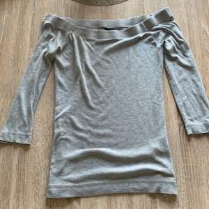 Mycket användbar grå off shoulder topp från ginatricot säljs pga ingen användning längre  🌸