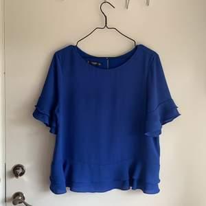 Blå blus från Mango i använt skick. Fri frakt!