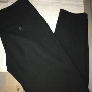Svarta snygga kostymbyxor med knyte i midjan från Primark i stl 36. Säljes för 80 kr + frakt.