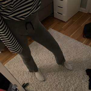 Ett par gråa yoga pants som kan användas som både träningstights och mjukisbyxor. Dom är stretchiga och är mjuka och sköna. Dessa är i storlek XS men jag som är en S kan även ha dom. Köparen står för frakten.