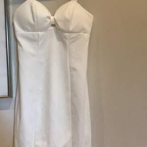 Helt ny klänning ifrån nelly i storlek xs. Har en dragkedja i ryggen. Bättre bilder kan fås
