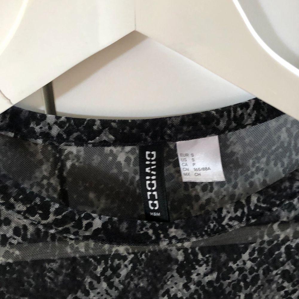 Denna tröja kommer från h&m och är i storlek s. Använd några gånger. Perfekt till fest eller utgång. Mönstret är lite ormigt.. Toppar.