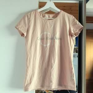 Calvin Klein T-shirt storlek L, litet hål vid armhålan annars i fint skick, går enkelt att laga