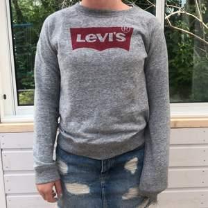 En grå sweatshirt från Levi's i storlek S, normal i storlek. Köpt för 600kr, köpare står för frakt
