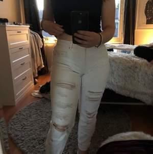 Säljer dom här jätte fina vita slitna jeansen! Dom är i bra skick och sitter jätte fint! Säljer dom eftersom dom tyvärr har blivit för små🥺💕