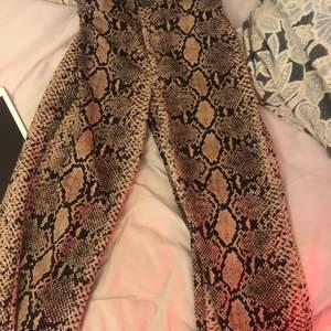 Säljer mina älskade kostymbyxor från Zara, dem är vida nedtill och är i ormskinnsmönster. Passar alla från XS-S. Möts upp eller fraktar, men då står köparen för frakt