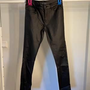 Snygga skinn byxor från Vero Moda. Knappt använda!