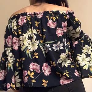Svart offshoulder blus med blommor. Har aldrig använt. Om du beställer fler kläder från mig behöver du inte betala frakt separat för alla produkter❗️❗️