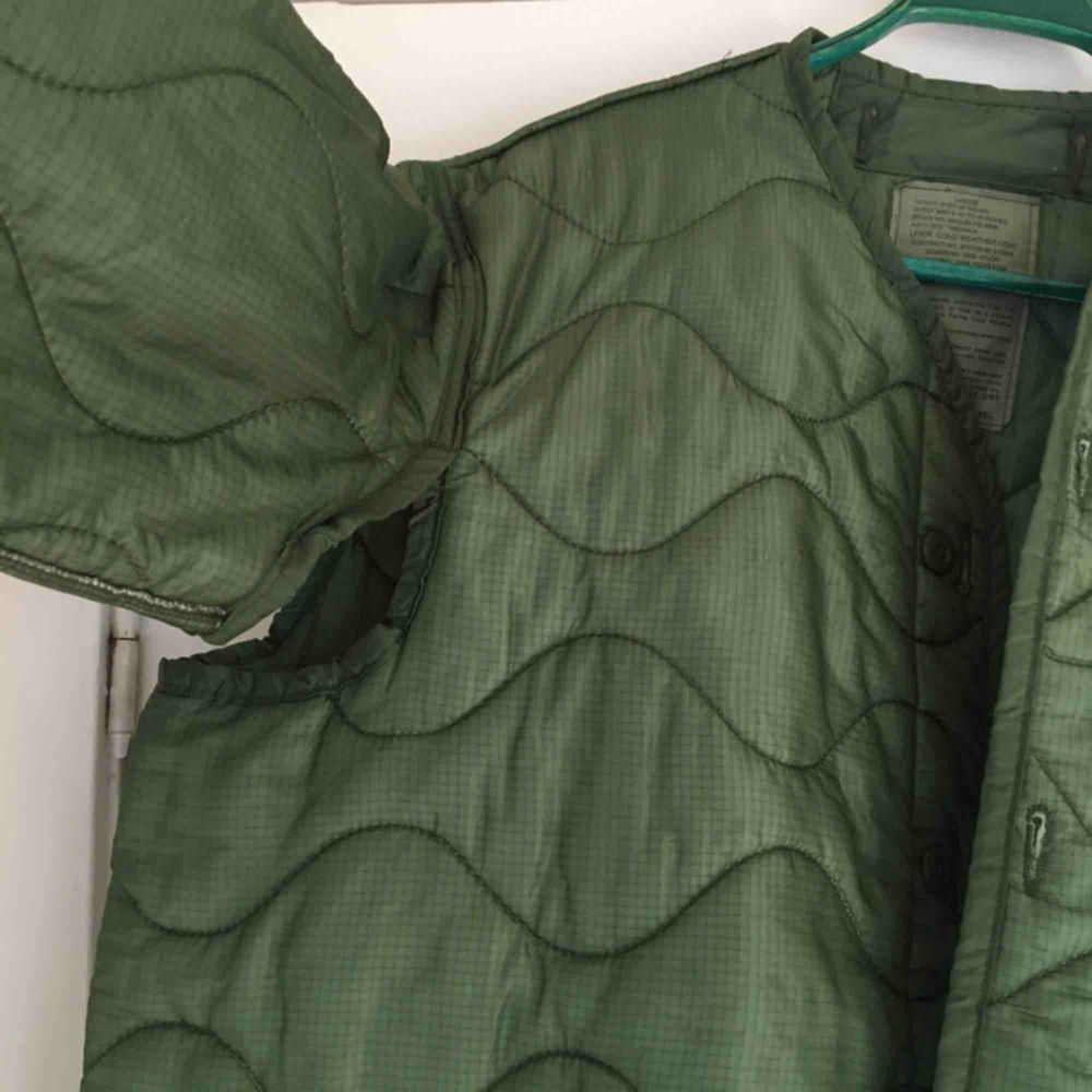 Cool Second hand MilitärJacka ifrån Beyond Retro. Jackan kallas för Cold Weather Coat & är i tunnt material som anpassar sig till temperaturen🌞 (den har avsiktliga