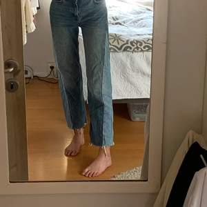 as snygga lite croppade jeans med cool detalj på sidan