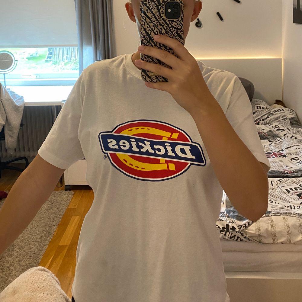 Lång dickies tshirt i storlek small, passar mig perfekt som är 1,63. Nästan oanvänd, tvättad en gång. . T-shirts.