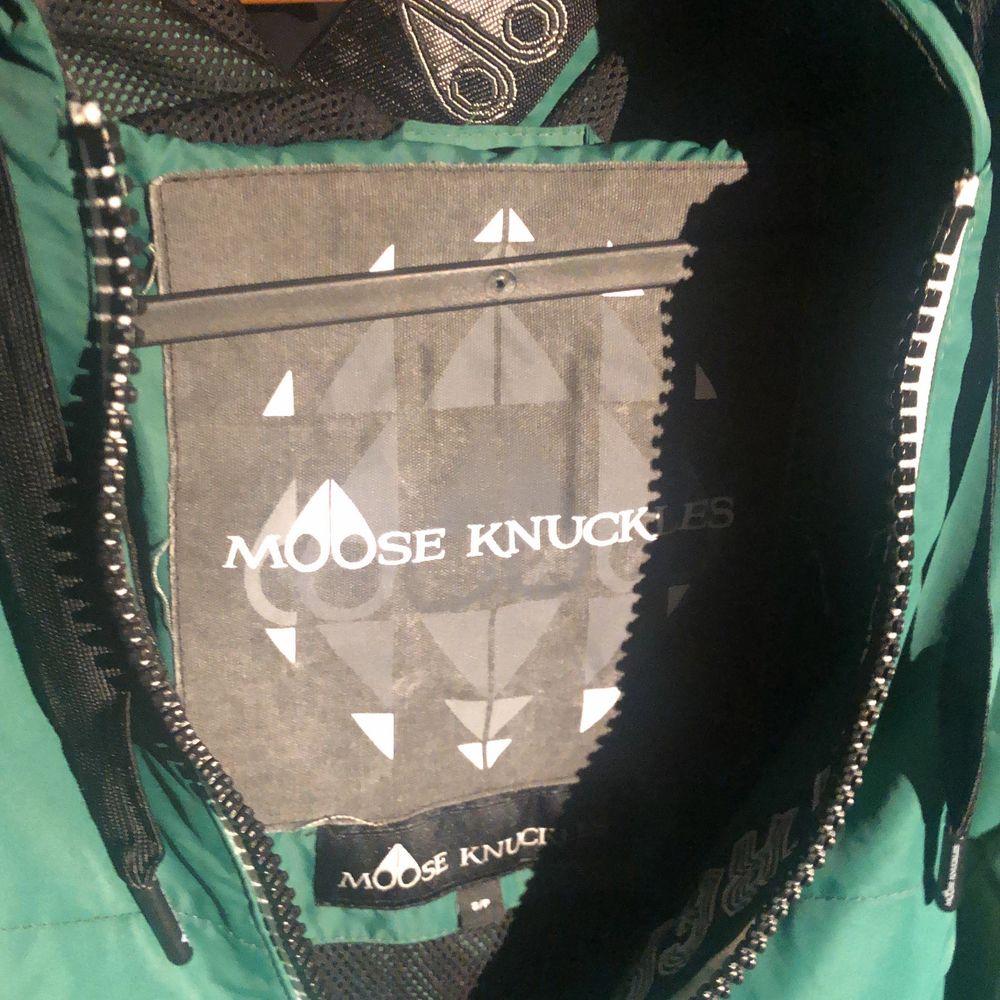 Vintage Moose Knuckles 80s inspirerad med puffiga armar och funky färgkombinationer! . Övrigt.