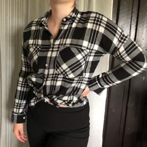 Svartvit rutig skjorta från Monki. Super skönt material och i bra skick. Köparen står för frakt.