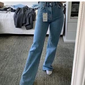 Säljer dessa helt nya zara jeans, helt nya aldrig använda. Om det är många intresserade buda i kommentarerna från 399, köparen står för frakten💕💕