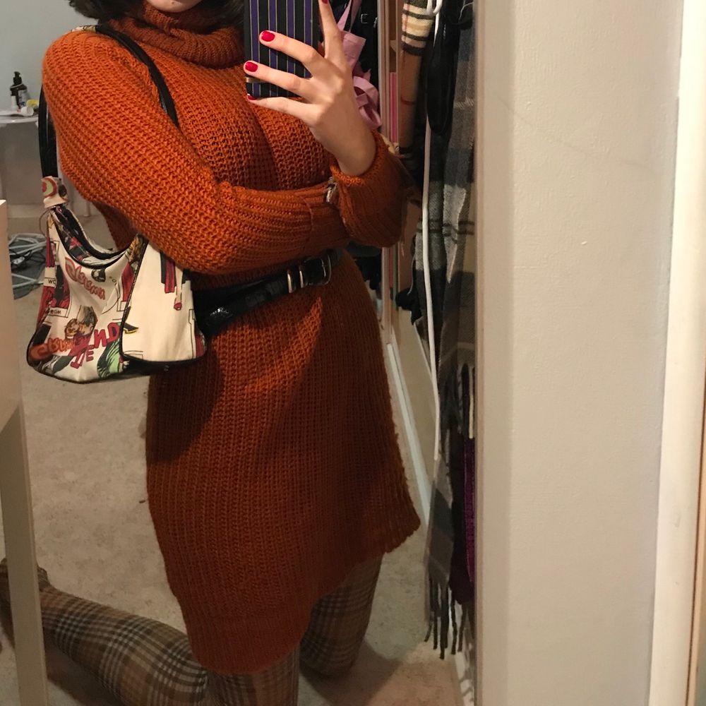 Jätte söt klänning i stickat, klänningen har polo och passar perfekt till hösten. Köpt secondhand men är från lindex. . Klänningar.