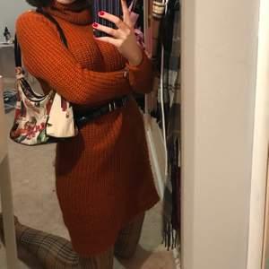 Jätte söt klänning i stickat, klänningen har polo och passar perfekt till hösten. Köpt secondhand men är från lindex.