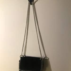 En SUPERFIN väska som är i princip oanvänd då den inte riktigt är min stil. Köpt på GinaTricot för ett bra tag sedan. En innerficka inuti och gjord i sammet. köp köp köp!!