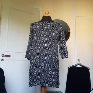 Denna superfina mönstrade klänning med fickor fram på varje sida säljes då den inte längre används. Den är rätt välanvänd och därav är en söm i ryggen lite försvagad även fast klänningen är hel. Passar S och M. Från Indiska. 3/4-ärmar.