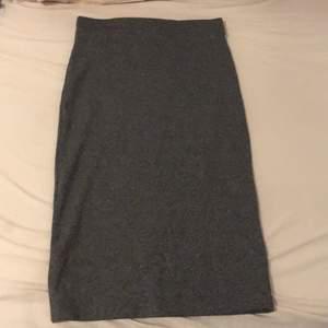 En grå pennkjol som inte går till användning längre