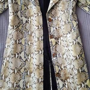 Säljer min i princip oanvända kappa från NA-KD. Samma kappa som Therese Lindgren fick av Lisa Anckarman. Tyvärr är kappan lite fel storlek för mig och därför säljer jag den (för att köpa en ny). strl 36 (small)
