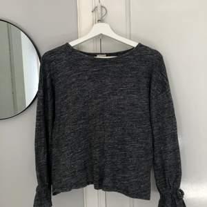 Säljer denna tröja med volang vid händerna. Kan va lite ljusare i verkligheten. Slut överallt. Fint skick och nästan aldrig använd. Frakt tillkommer. Skriv för mer detaljer