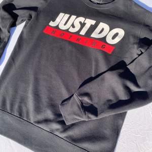En snygg sweatshirt i storlek medium. Passformen är normal och den är i mycket bra skick eftersom den har används fåtal gånger.