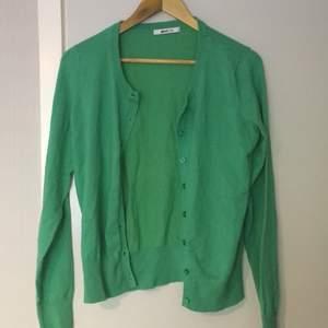 Ljusgrön cardigan/kofta med knappar ifrån Gina Tricot. Väldigt trendigt på Pinterest. 🤍 Köparen står för frakt. 🤍
