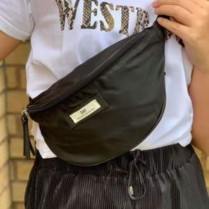 Svart Day et Bum Bag. Knappt används. Köparen står för frakt, annars finns i Göteborg!