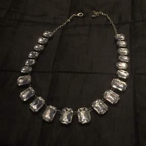 Hej! Säljer två fina halsband, 40 kr styck eller båda för 60kr ✨