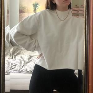Superfräsch avklippt vit sweatshirt från Uniqlo. Storlek L men passar snarare S/M. Använd bara 1 gång. Kan mötas upp i Malmö, annars står köparen för frakten🤍