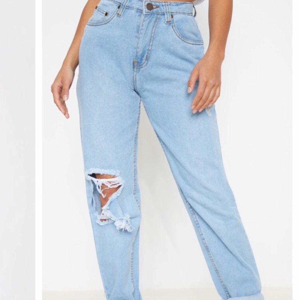 Superfina jeans som endast är använda 2 gånger🌸 Mjukt skönt material och i storlek 38 fast i Petite alltså för lite kortare personer, sitter bra på mig som är 160✨. Jeans & Byxor.