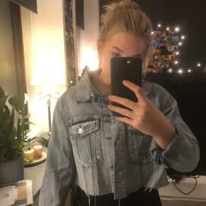 Croppad jeansjacka som jag klippt själv från bikbok i storlek M. Säljer för 200 inkl frakt, kostar egentligen runt 400-600kr kan gå ner i pris