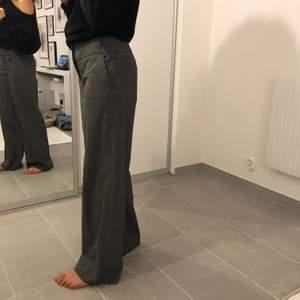 Gråa lågmidjade kostymbyxor från H&M. Storlek XS / S . Fraktar för 59kr eller möts upp i lund