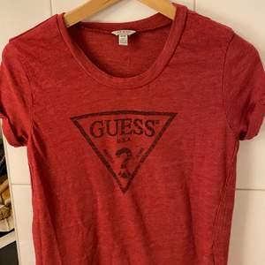 Snygg röd tshirt från Guess