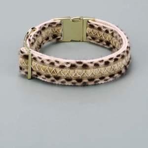 Helt nytt oanvänt hundhalsband för mellanstor-stor hund. 40-62 cm, justerbart. Leopard och gulddetaljer. Tyvärr va det för stort för min hund. Ny pris 190kr