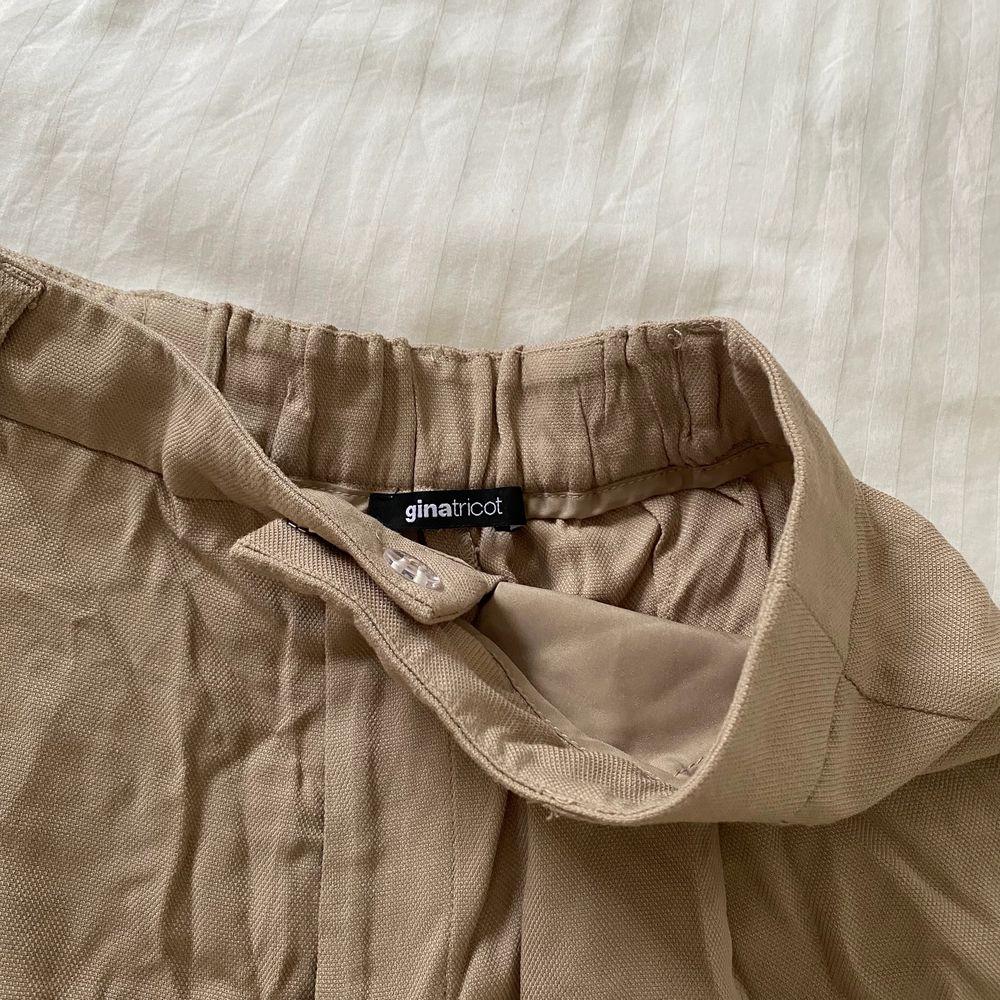 ascoola Bermuda shorts ifrån Gina Tricot! endast använda 1 gång! köparen står för frakt 🤎💕📦. Jeans & Byxor.
