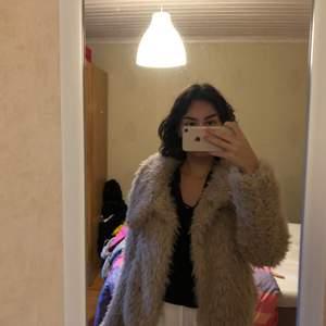 Beige/brun fluffig jacka från Zara, sitter ned till midjan jätte fint. Den är endast använd en gång,  be om fler bilder ifall det önskas!<3