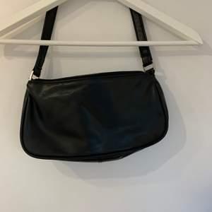 Svart super söt och populär väska