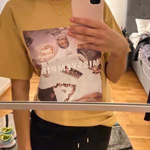 Cool t-shirt från Missy Empire. Aldrig använd förut, har växt ur den nu men super fint skick! Lite oversized i modellen, Storlek 8 så motsvarande 36💗