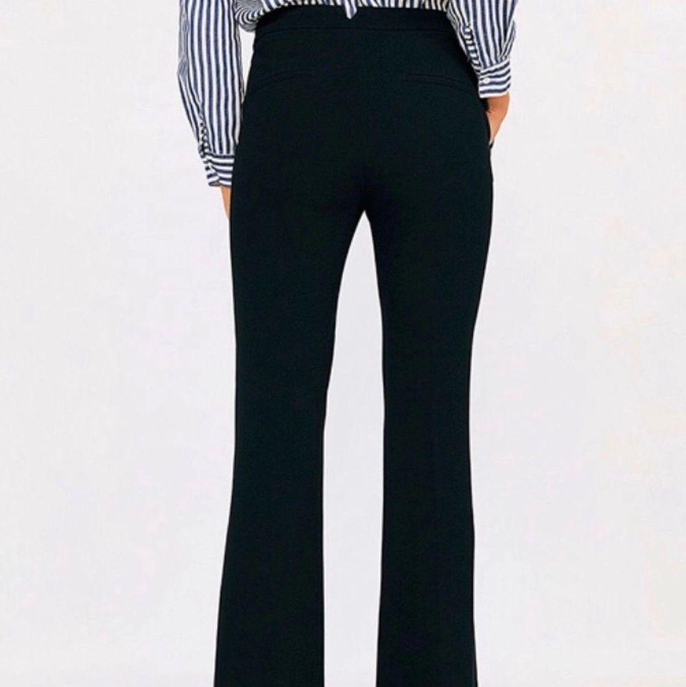 Snygga svarta kostymbyxor från Zara i väldigt bra skick. En utsvängd modell med en jättefin passform. Sitter perfekt på mig som är 170cm. Första bilden är lånad✨✨✨ buda, eller köp direkt för 400kr. Jeans & Byxor.