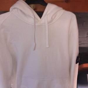 Stone island hoodie vit storlek M , cond 8/10, bin 1700+ frakt , bud från 1500kr. Spårbar frakt 63kr