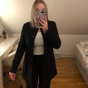 Säljer min kappa från JACQUELINE de YONG i strl M. Helt oanvänd. Säljer pga inte min stil. Jätte bra skick. Passar som vår och höstkappa! <3