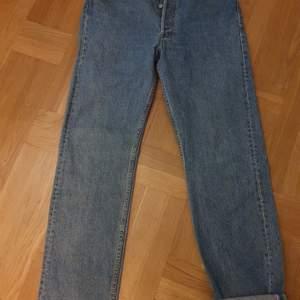 Vintage jeans med hög midja rak passform en hälla baktill har lossat . För den händige att sy tillbaka med några stygn bara. Storlek w34 l 32 märke levis