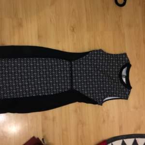 Knappt använd svart och vit mönstring klänning i storlek 36, originalpris 600kr