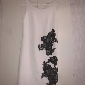 En klänning från Anna-field i storlek 34, använd bara en gång❣️ Skriv dm för fler bilder på den, 250kr, pris kan diskuteras. Köparen står för frakten eller kan mötas upp i Stockholm🥰