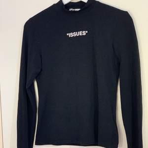 Långarmad tröja med lite polokrage köpt på new yorker. Använt den 2-3 gånger den är i väldigt fint skick🤍 50kr + frakt