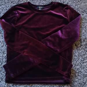 Mörkröd julig tröja i sammet. Magtröja.