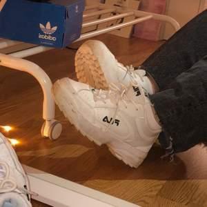Jätte snygga skor från Fila. Storleken är 36, men jag har i vanliga fall stl 37 och ibland 38, så skorna passar alla mellan 36-38. Väldigt sparsamt andvända. (Frakt tillkommer) ❣️❣️