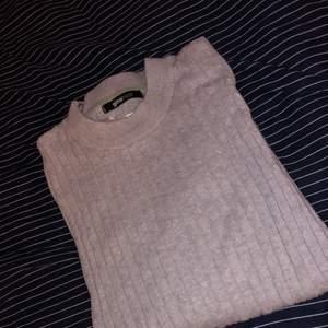 En grå stickad tröja från ginatricot. Är i bra skick fast att den har blivit buren ett par antal gånger. Frakten ingår inte i priset!